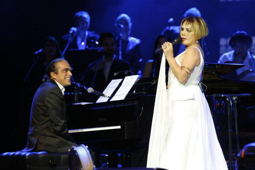 Şarkılarıyla hayranlarını coşturan Minik Serçe, esprileriyle de kırdı geçirdi.