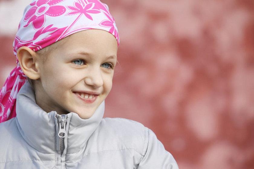 15-Kemoterapi: Kanser tedavisinde kullanılan bazı ilaçlar, saç dökülmesine neden olabilir. Kemoterapi, hızla bölünen kanser hücreleriyle beraber, hızla bölünen saç hücrelerini de yok eder. Kemoterapi duruduktan sonra saçlar da tekrar büyür.