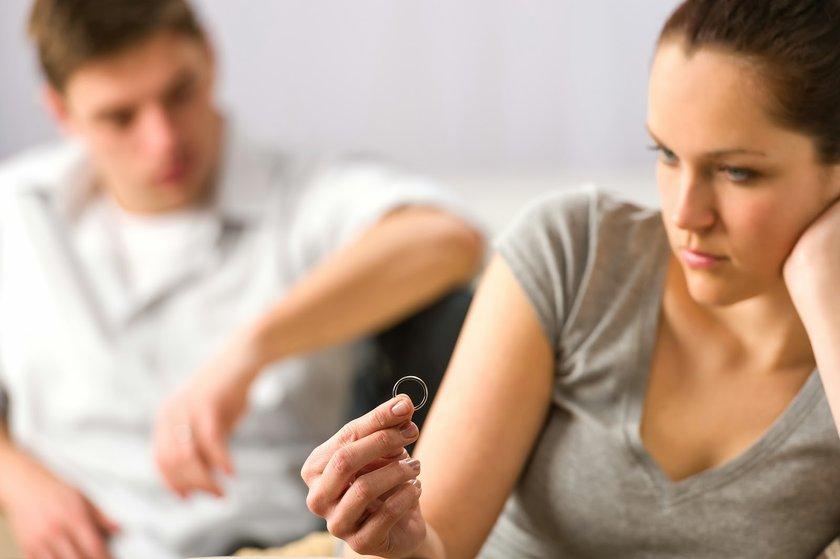 8-Duygusal stres: Duygusal stresin saç dökülmesine neden olması, fiziksel stresten daha az rastlanır bir durumdur ancak boşanma ya da sevilen birini kaybetme gibi olaylar sonrasında görülebilir.