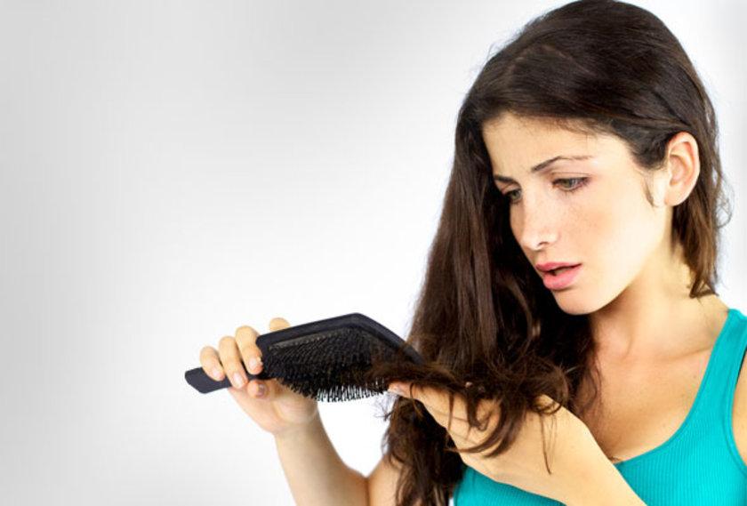 12-Otoimmüne bağlı saç dökülmeleri: Bu durum temelde, aşırı aktif bağışıklık sisteminin bir sonucudur. Vücutta yaşanan bir karmaşa sonucu, immün sistem saçları yabancı olarak algılayıp yanlışlıkla hedef alır.