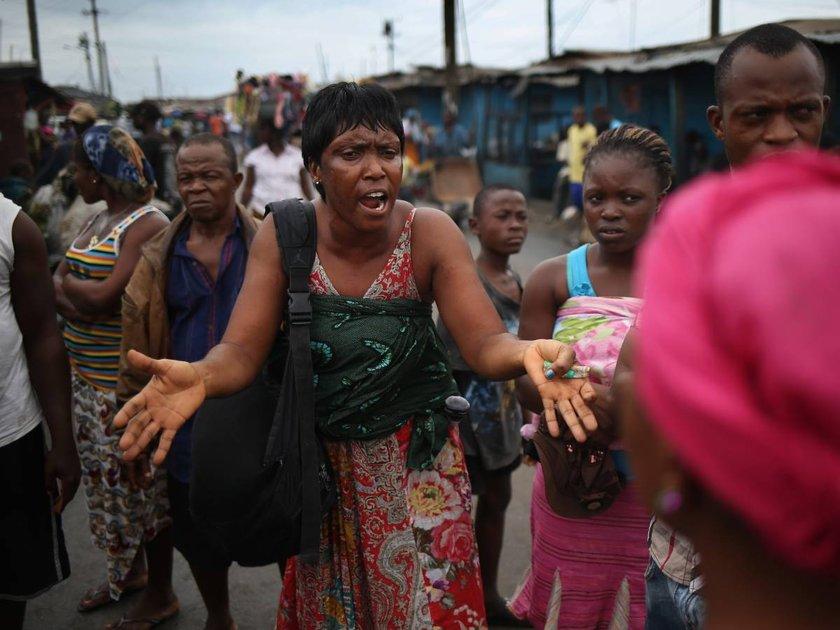 Yakınları ölen karantina altındaki Liberyalılar, cenaze işlemleri için zaman zaman isyan çıkartıyor.