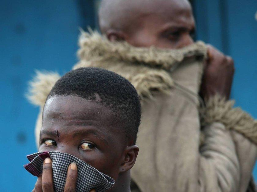 Ebola virüsünden hayatını kaybeden bir hasta polis eşliğinde götürülürken, Liberya halkı böyle izliyor...