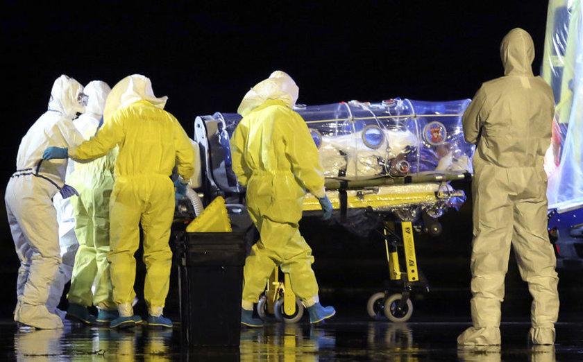 Katolik papaz Manuel Garcia Viejo, Ebola teşhisi koyulduktan sonra ülkesine böyle nakledildi.