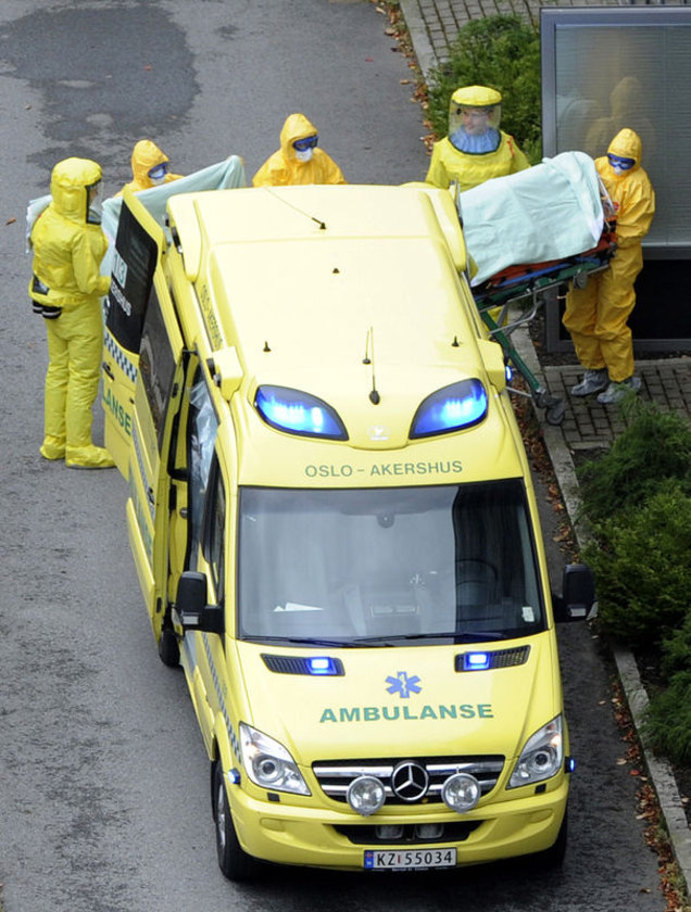 Norveç'te Ebola virüsü taşıdığı şüphesiyle hastaneye kaldırılan bir hasta...