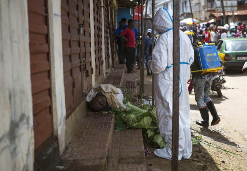 Liberya'da sokaklar virüs sebebiyle ölen insanlarla dolu... Ekipler dezenfekte ve defin işlemleri için durmaksızın çalışıyor.