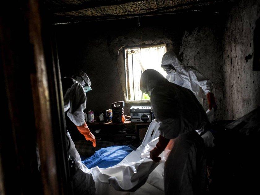 Gencin cesedinin defin işlemleri ve evin dezenfekte edilmesi için bir grup gönüllü iş başında...