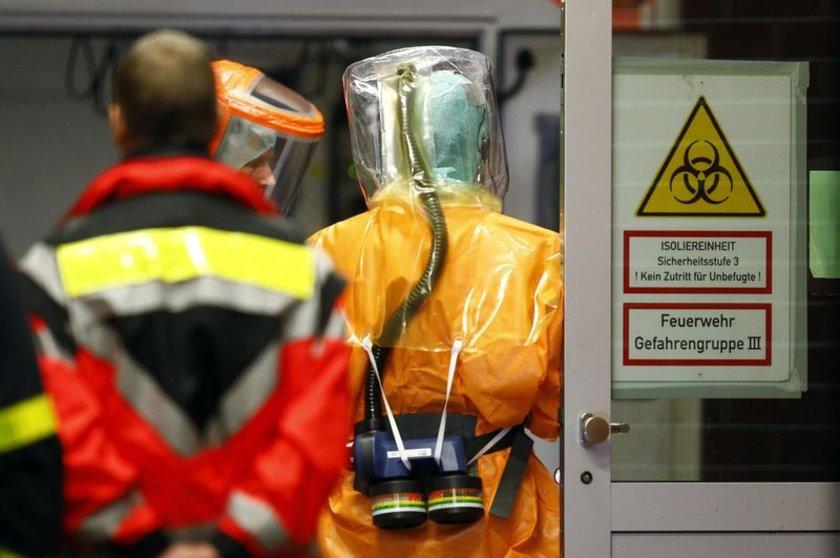 Frankfurt Havaalanı'na Ebola şüphesi ile getirilen hasta böyle karşılandı.