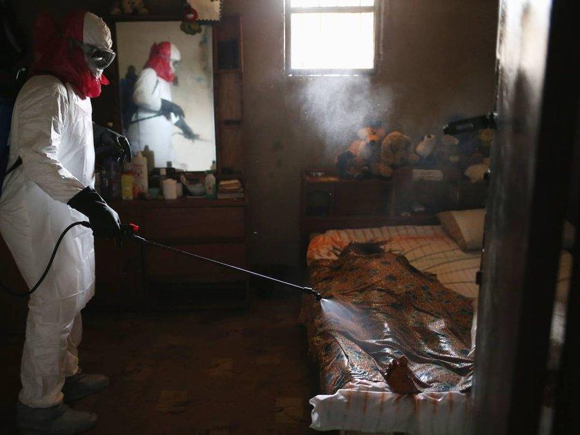 Ebola virüsü sebebiyle hayatını kaybeden bir kadının evi, gönüllü ekip tarafından dezenfekte ediliyor.