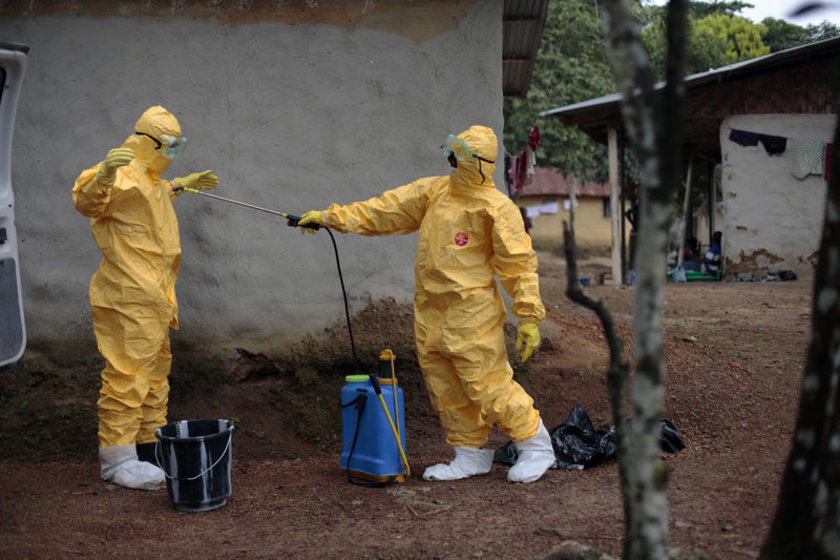 6 Ebola şüphelisini ambulansa taşıyan sağlık görevlileri dezenfekte oluyor.