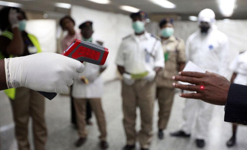 Nijerya'da bulunan Murtala Muhammed Uluslararası Havaalanı'nda yolcuların ateşi ölçülüyor.