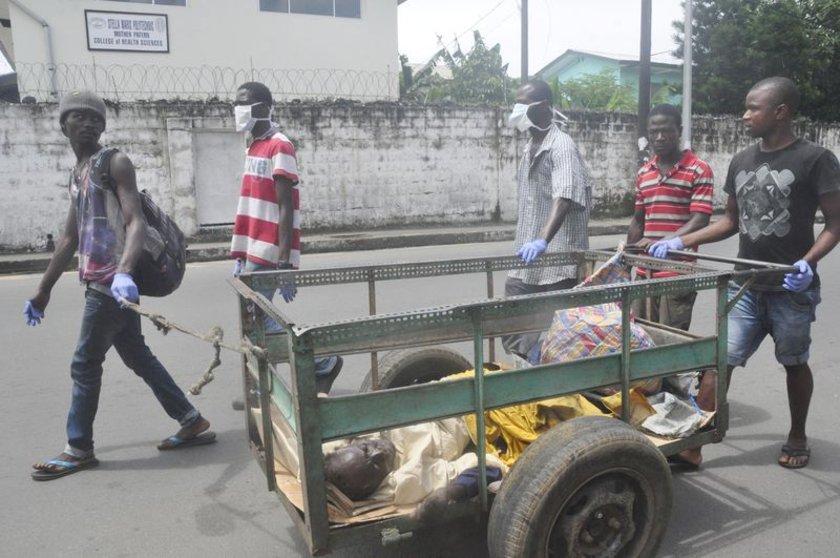 Yine Lİberya'da hastalık belirtileri gösteren bir kişi hastaneye götürülüyor.