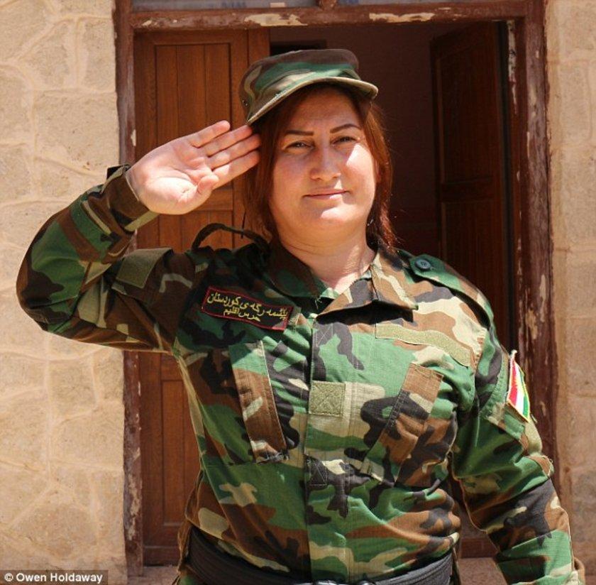 Xate Shingali (30) isimli Ezidi bir şarkıcı kadın tarafından Kuzey Irak'ta kurulan birlik, peşmerge ile birlikte savaşıyor.