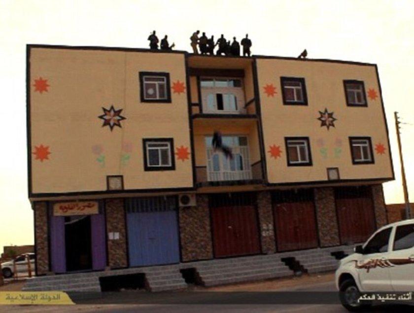 IŞİD militanlarının internette yayınladığı son görüntülerde bir Iraklı, eşcinsel olduğu suçlamasıyla apartmanın çatısından atılıyor.
