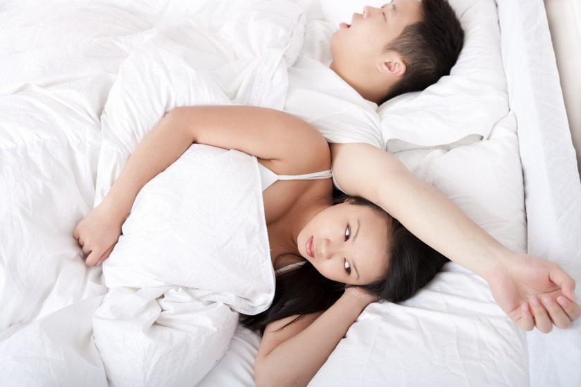 Bu aşamada rüya sırasında gözler göz kapaklarının altında çok hızlı hareket eder. Bu aşamada vücut genelde tamamen hareketsizdir. REM davranış bozukluğunda kişiler sıklıkla kabus gördükleri sırada rüyanın akışına göre hareket eder.