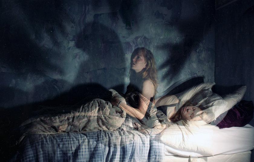 7. Uyku Felci:Uyandığınızı ve gözlerinizden başka hiçbir yerinizi hareket ettiremediğinizi düşünün. Bilinciniz tamamen açık ve etrafınızda olab bitenin farkındasınız ama vücudunuz üzerindeki bütün fiziksel kontrolünüzü kaybetmişsiniz.