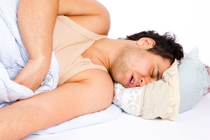 Uyku halindeyken oksijen kaybı yaşamak yeterince korkutucu olmasına rağmen bu rahatsızlık insanlarda kalp damar hastalıklarına, kronik yorgunluğa ve göz problemlerine yol açabilir.