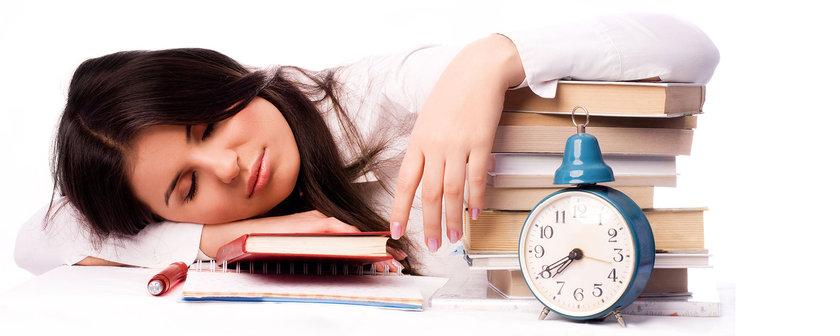Günlük hayatta aşırı bitkinlik ve aniden bastıran uyku narkolepsinin belirtileridir. Narkolepsi için henüz bir tedavi bulunamamasına rağmen kontrol altına alınması mümkündür.