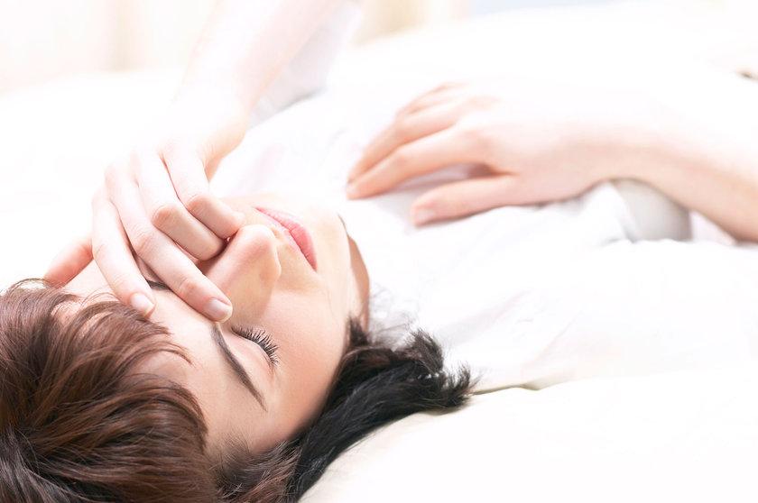 Apne, boğaz kasları aniden açılıp kapandığında oksijen akışının engellenmesiyle oluşur. Engelleyici uyku apnesinden muzdarip insanlar uyku halindeyken ani nefes kesilmeleri yaşarlar ve bu durumun farkında olmazlar.