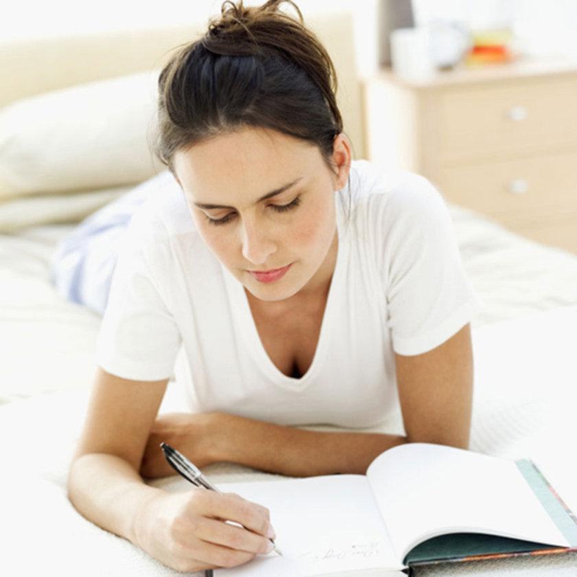 Uyku günlüğü tutun: Saat kaçta yediniz, ne kadar TV izlediniz ya da bilgisayar kullandınız, kaçta yatağa gittiniz, ne zaman uyuyup uyandınız, kaç kez tuvalete kalktınız gibi soruları not alın.