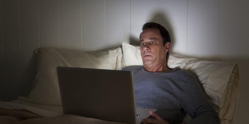 Uyumadan 2 saat önce TV, bilgisayar kullanmayın, ortamın aşırı ışıklı olmasını engelleyin: Uyku saatine yakın, gürültülü, uykuyu kaçırıcı aktiviteler yerine sakin, loş ışıkta yapılabilecek kitap okuma gibi aşırı efor gerektirmeyenleri tercih edin.