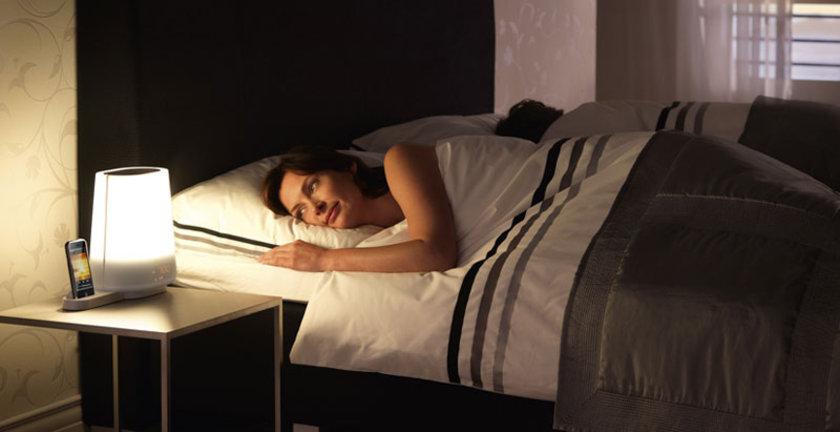 Uykunuz kaçar, 15–20 dakika içinde uyuyamazsanız kalkıp salona gidin, loş ışıkta hafif işlerle uğraşın.