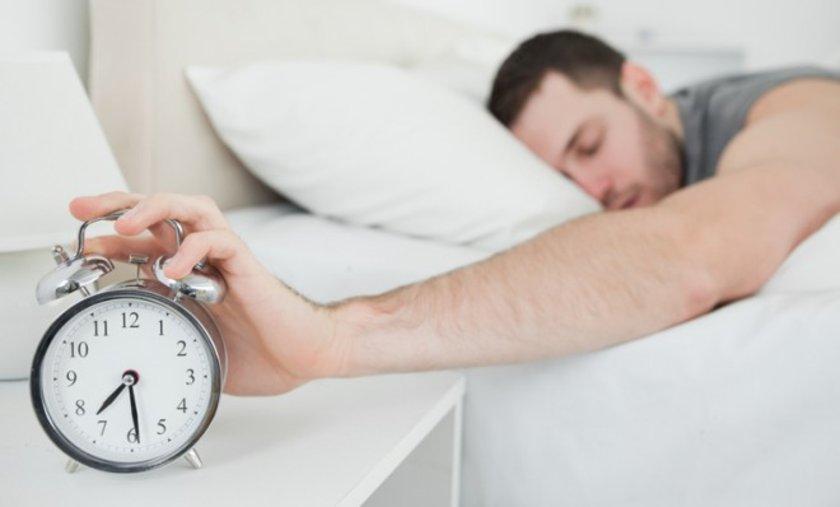 Yatakta toplam uyuma ve bulunma süreniz kısa ise bu süreyi, her gün ya da kademeli bir şekilde 15'er dakika daha arttırmaya çalışın.