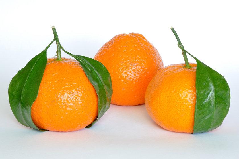 İçerisinde C ve B vitaminleri, kabuğunda ise P vitamini bulunur.