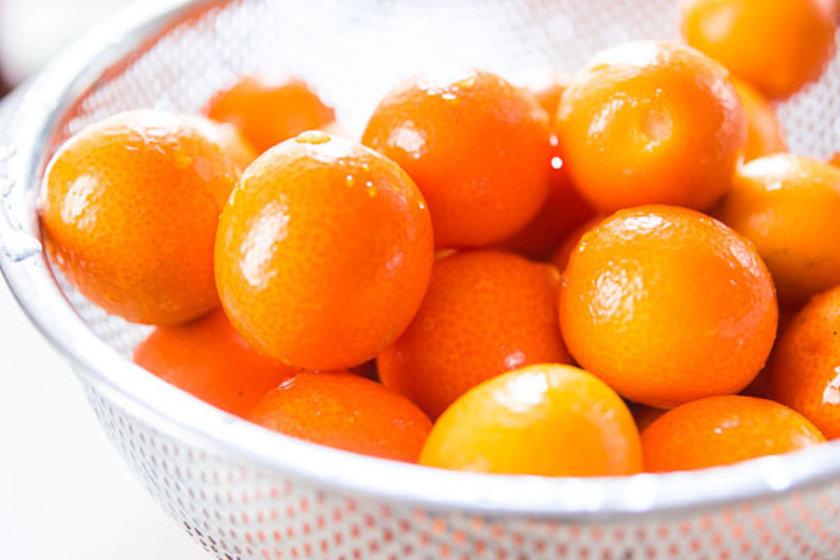 Doğu Asya ve Çin'de doğal olarak yayılış gösteren çalı biçimindeki kamkat; portakal, mandalina, limon gibi turunçgiller familyasının meyvesidir.