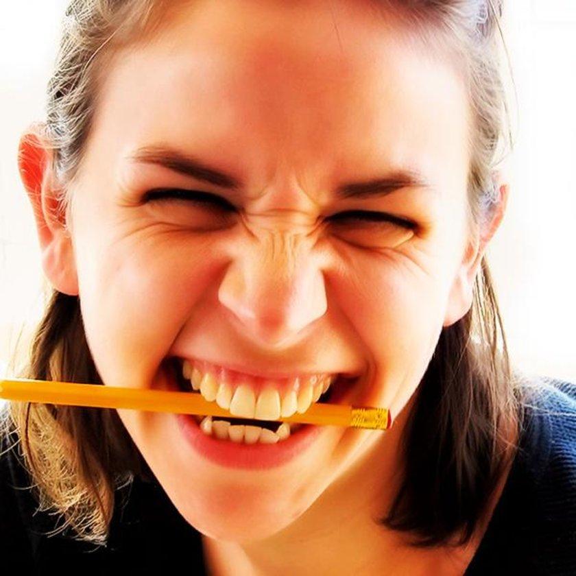 Kalem ısırmak dişlerinize zarar verir, konumlarının kaymasına yol açabilir.