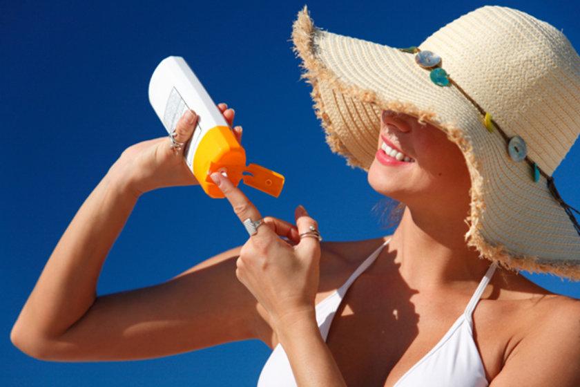 Güneş kremi sadece cildinizi güneşin zararlı UV ışınlarından korumakla kalmaz, cildinizin genç görünmesine de yardım eder.