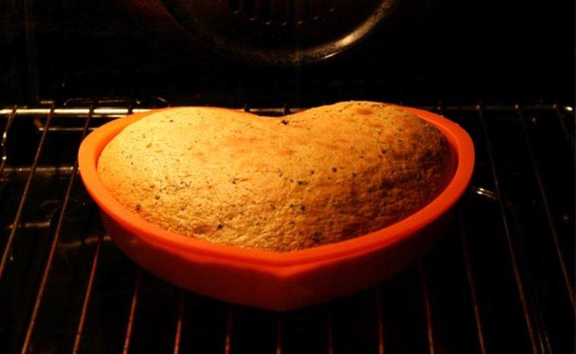 Keçiboynuzu tozu; kakao tozu veya çikolata yerine kek, kurabiye ya da şekerlemelerde kullanılabilir.