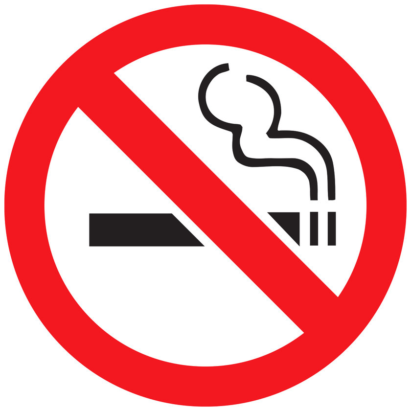 Evet hepimiz biliyoruz ki sigara güzelliği etkiliyor ama sadece sizi hasta edip dişlerinizi sarartmıyor aynı zamanda yaşlı görünmenize sebep oluyor!