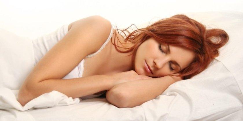 Kulağa tuhaf gelse de tüm günün yorgunluğundan arınmanız için yatağa girdiğinizde de kendinize dikkat etmeye devam etmelisiniz.