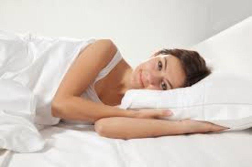 Bu yüzden yüzükoyun yatmaktan çok sırtüstü uyuma alışkanlığı kazanın.