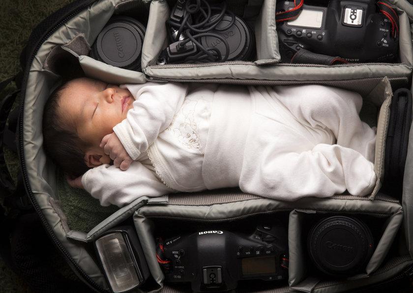 Bebeklerini fotoğraf makinelerinin olduğu çantaya koyan fotoğrafçılar bu kez kendi bebeklerini fotoğrafladı... \n