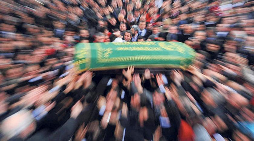 Organları alınan kişinin cenazesi, özenli bir şekilde vücut bütünlüğü bozulmadan aileye teslim ediliyor. Alınanların yerine protez organ ekleniyor.
