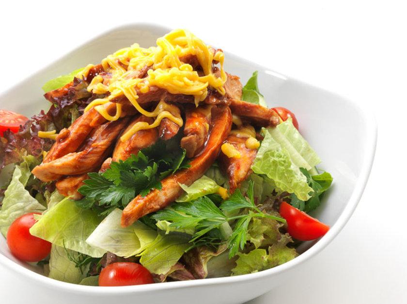 Öğle yemeği içinse tavuklu yeşil salatayı ( ekmekten ve şekerli gıdalardan kurtulun ) tercih edin.\n