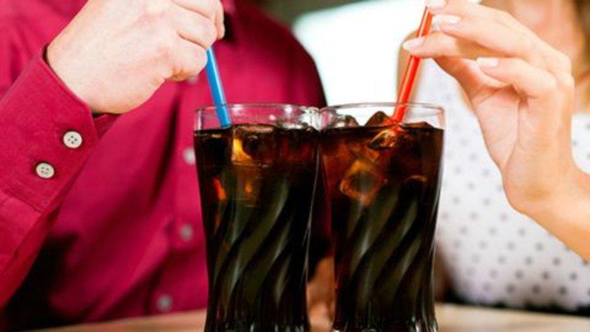 """Amerikalıların yaklaşık yarısı, """"belli bir günde"""" veya bu günün yarısında 200 ya da daha fazla kalori getiren şekerli içecekleri tüketmedir."""