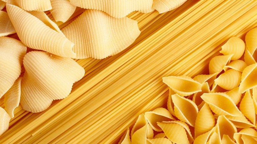 Örneğin, ekmek, makarna ve pirinç. Hem basit, hem kompleks karbonhidratlar kan şekerinizi etkileyerek, kilo kaybınızı önleyebilir.