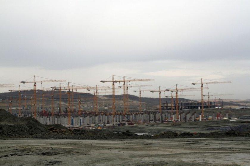 <p>ULAŞIMDA ÖNCELİK METRO<br />Akçayoğlu, havalimanına ulaşımın çok önemli olduğunu belirterek metro hatlarının önemine değindi. Ulaşımın Gayrettepe- Yeni Havalimanı Metro Hattı, D-20 yeni karayolu bağlantısı, Yavuz Sultan Selim Köprüsü ve Kuzey Marmara Otoyolu Projesi bağlantısı, hızlı tren bağlantısı, üç katlı büyük İstanbul tünel projesi ile Anadolu yakası bağlantısı ile gerçekleştirileceği öğrenildi.</p>