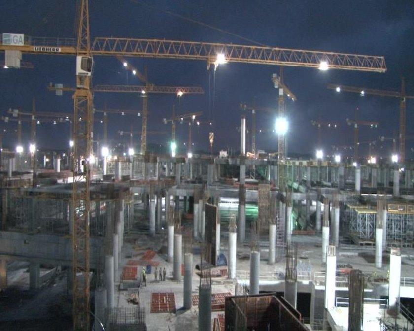 <p>-18 bin araçlık otopark, 311 adetlik uçak park alanları</p>\n<p>-Devlet konukevi,-Vip binası,-Mülki idare binası</p>\n<p>Dünyanın 15 ülkesinden işçinin çalıştığı havalimanı inşaatında en çok yabancı personel Vietnam ve Pakistan uyruklu vatandaşlar</p>