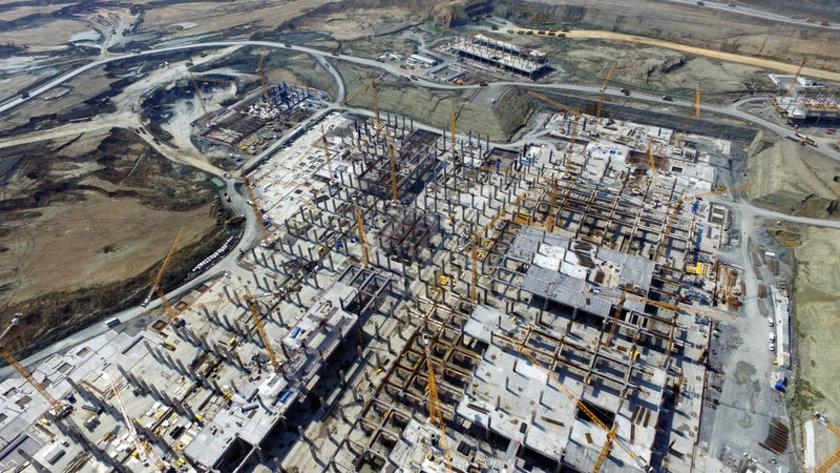 <p>Terminal binasında kaba inşaat, elektro mekanik sistem montajları, çatı montaj çalışmaları başlarken, bu faaliyetler eş zamanlı yürütülüyor.</p>