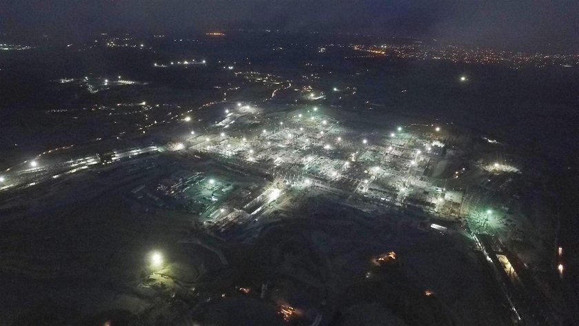 <p>Tamamlandığında dünyanın en büyük havalimanı olacak olan İstanbul 3. Havalimanı'ndaki inşaat faaliyetleri 24 saat aralıksız olarak devam ediyor. Şu ana kadar yüzde 30'u tamamlanan havalimanı çalışmaları gündüz görüntülenmişti. Gece yürütülen çalışmalar ilk kez görüntülendi.</p>