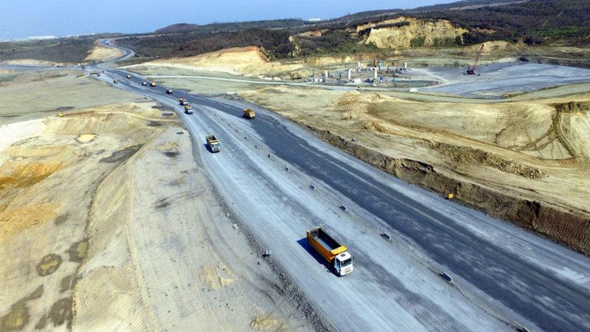 <p>Metro, hızlı tren, otobüs gibi ulaşım seçeneklerinin bulunacağı havalimanına D-20 yeni kara yolu bağlantısı, Yavuz Sultan Selim Köprüsü ve Kuzey Marmara Otoyolu Projesi de araçla ulaşımda katkı verecek.</p>