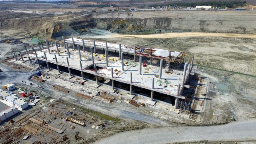 <p>Bu sayede tasarım, toprak işleri, terminal binası ve diğer destek tesislerinin inşası tüm hızıyla devam ediyor.</p>