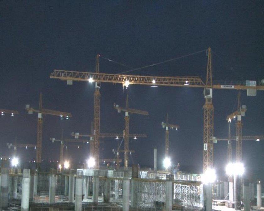 <p>Dünyanın inşa halindeki en büyük havalimanı olan İstanbul 3. Havalimanı için yapılan İhaleyi 3 Mayıs 2013'te İGA yatırımcılarının oluşturduğu; Cengiz, Mapa, Limak, Kolin, Kalyon Ortak Girişim Grubu (OGG) 22.152 milyar Avro'luk bir teklif ile kazandı. yer teslimi 1 Mayıs 2015'de yapıldı ve birinci fazın inşası için teslim tarihinden sonra 42 aylık süre tanındı. birinci faz 26 Şubat 2018'e yetişecek.</p>