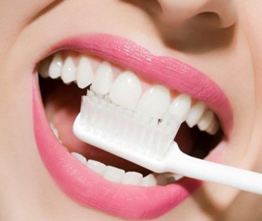 """American Dental Association (ADA) Sözcüsü Diş Eti Hastalıkları Uzmanı Sally Cram, """"Ağızdaki bir enfeksiyon yalnızca orada kalmaz. Kan dolaşımı yoluyla bedeninde dolaşır, organlarını ve bağışıklık sistemini etkiler"""" diyor."""