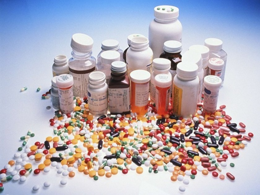 Carolyn Taggart-Burns, eğer sürekli ağız kuruluğu hissediyorsan kullandığın ilaçların yan etkilerine göz atmanı öneriyor. Birçok ilaç, ağız kuruluğuna sebep olabiliyor. Doktoruna alternatifleri sorabilirsin.