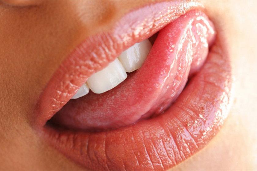 Eğer dilin beyazımsı görünüyorsa o zaman da enflamasyon, ağız kuruluğu ya da kandidiyaz (ağız pamukçuğu) problemi söz konusu olabilir.
