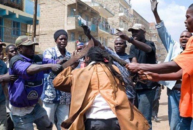The Mungiki  Nairobi'nin gecekondu mahallelerinde yaptığı şiddetli eylemlerle tanınan bu suç örgütünün 100.000 üyesi vardır.
